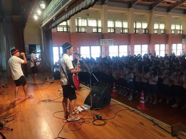 三人の母校である石垣第二中学校に帰ってきました